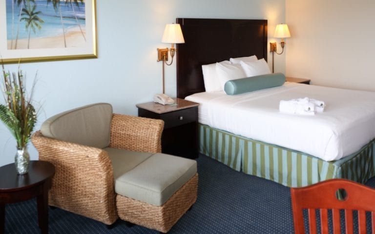 Captain-Hiram-Resort-king-room