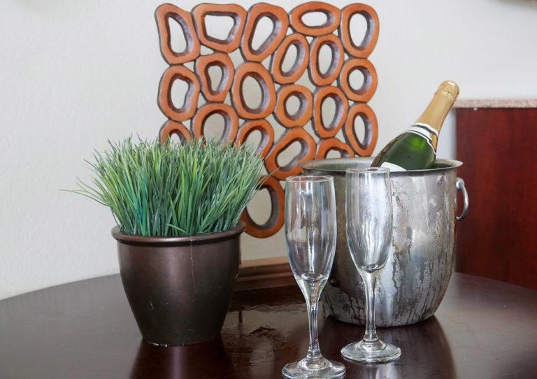 Hirams-Jacuzzi-Room-Champagne